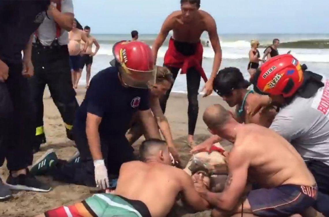 Villa Gesell: Bomberos salvaron la vida de un hombre rescatado por guardavidas - Entrelíneas.info