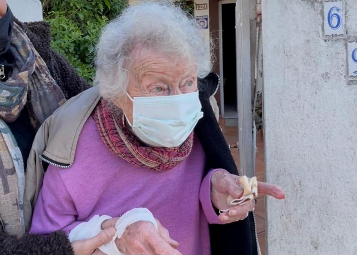 Imagen de La emoción de Serena, de la Italia de Mussolini a recibir la vacuna contra el Covid en el Partido de La Costa y a sus 97 años