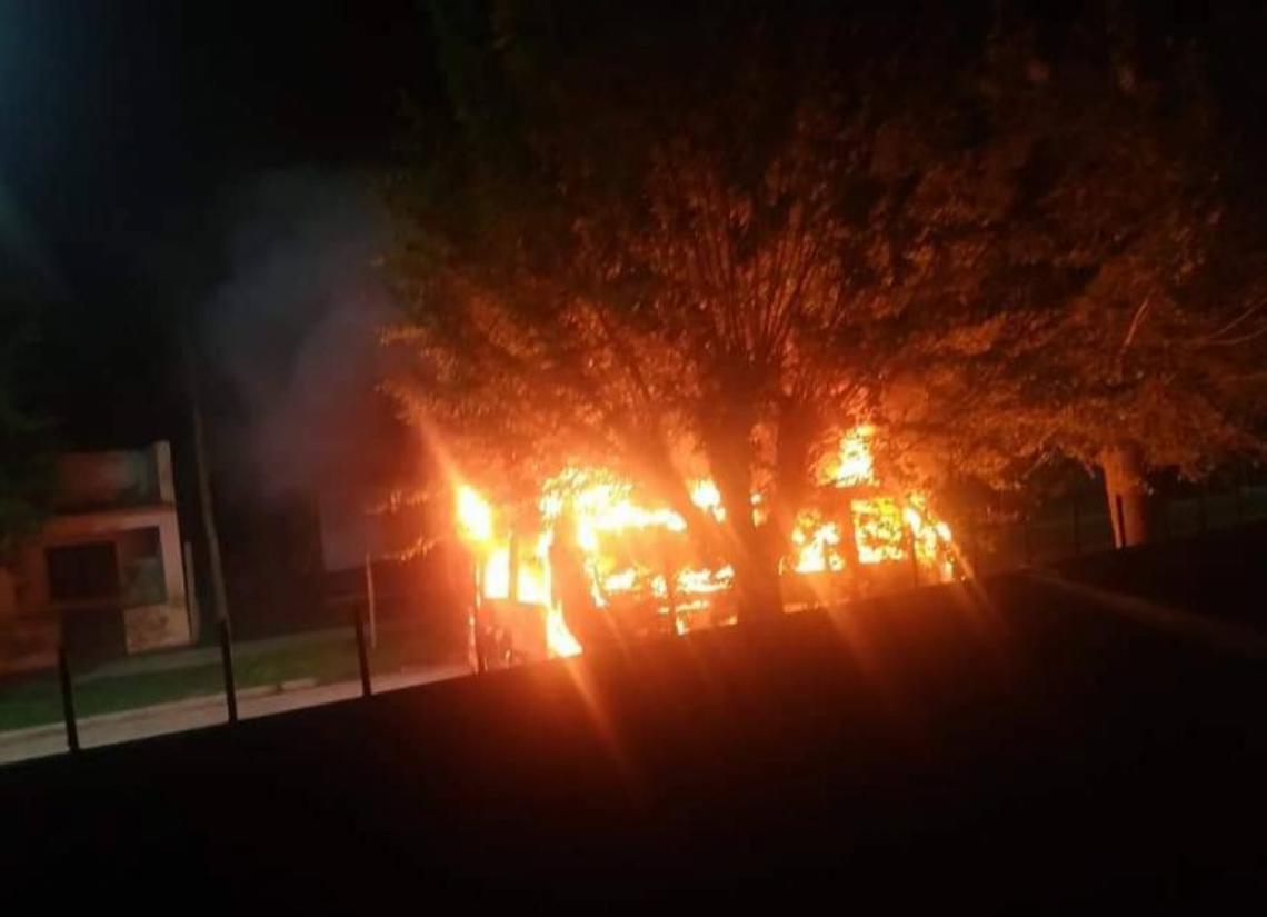 Voraz incendio de un vehículo en Dolores - Entrelíneas.info
