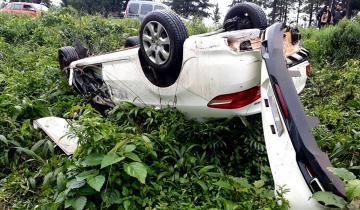 Imagen de Impresionante choque y vuelco de dos autos