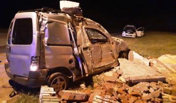Imagen de Ruta 11: tres heridos tras un choque de una camioneta contra una garita de colectivo