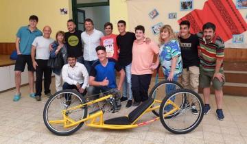 Imagen de Construyeron una bicicleta adaptada para un amigo en gratitud a su amistad y ejemplo de superación