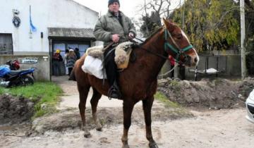 Imagen de Elecciones 2019: fue a votar a caballo a una escuela rural de la Ruta 226