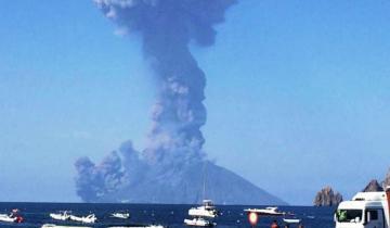 Imagen de Fuga cinematográfica de turistas para escapar de la erupción de un volcán