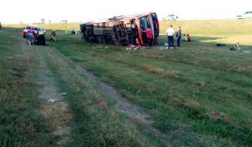 Imagen de Otra vez volcó un micro en la Ruta 2 y hay dos muertos