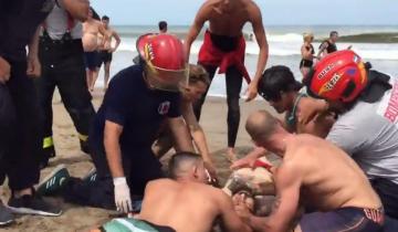 Imagen de Villa Gesell: Bomberos salvaron la vida de un hombre rescatado por guardavidas