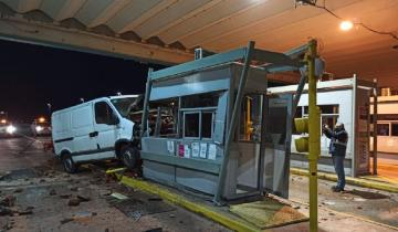Imagen de Ruta 11: un conductor perdió el control de su camioneta y chocó contra una cabina del peaje de La Huella
