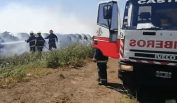 Imagen de Bomberos de Castelli y Lezama combaten un impresionante incendio