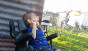 Imagen de Un niño de 5 años con parálisis cerebral necesita una silla de ruedas para ir a clases
