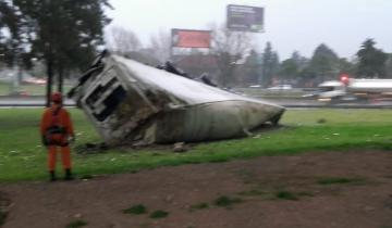 Imagen de Un camión con acoplado se despistó por la lluvia y cayó al vacío