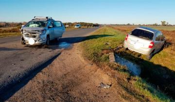 Imagen de Dos heridos tras choque frontal en la ruta: un auto pasó sobre una alcantarilla