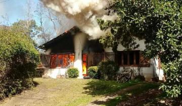 Imagen de Voraz incendio arrasó con una vivienda en Villa Gesell