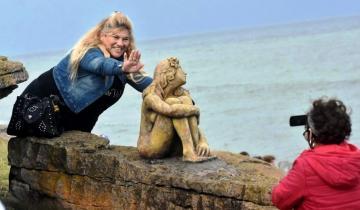 Imagen de Mar del Plata: la misteriosa escultura fue dañada y ahora cuenta con custodia