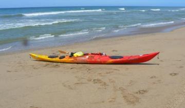 Imagen de Miramar: rescataron a un hombre que había caído de su kayak y no podía volver a subir