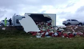 Imagen de Volcó un camión con lácteos en la Ruta 226