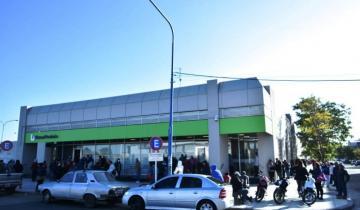 Imagen de Antes las aglomeraciones registradas hoy, anuncian que los bancos abrirán mañana y el domingo