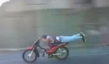 Imagen de Imprudencia total: mirá cómo manejaba un motociclista sobre la autopista Ezeiza-Cañuelas