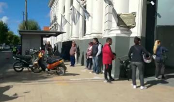 Imagen de En un día de atención restringida, hubo largas colas frente a los bancos de Dolores