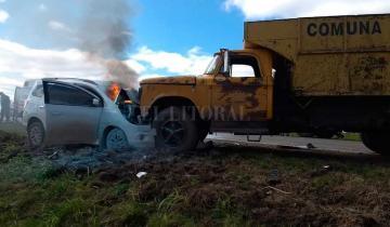 Imagen de Espectacular choque de frente entre un auto y un camión en la ruta