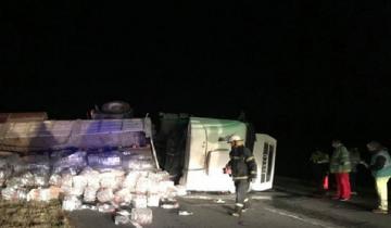 Imagen de Volcó un camión cargado de vinagre en la Autovía 2: el conductor debió ser trasladado