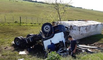 Imagen de Volcó un camión con acoplado en la Autovía 2: el conductor se salvó de milagro