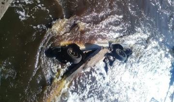 Imagen de Ruta 2: una camioneta cayó a un arroyo y temen por las vidas de sus ocupantes
