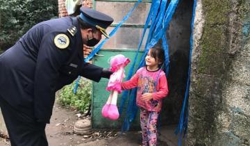 Imagen de La Policía Federal y el Consejo Escolar de Dolores entregaron donaciones al Jardín de Sevigne