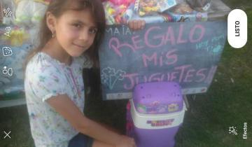 Imagen de Maia, la solidaria nena de Castelli que regala juguetes