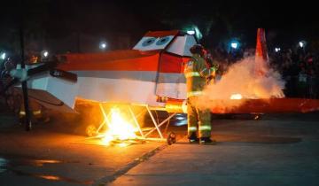 Imagen de ¿Bomberos ocasionando un incendio? Mirá la singular despedida de 2018 del cuartel de Chascomús