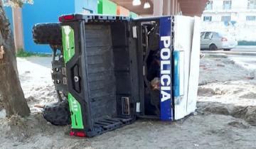 Imagen de Vuelco con suerte de un móvil policial en Villa Gesell