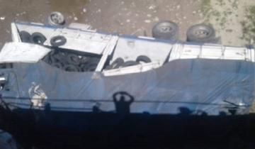 Imagen de Milagro en la Ruta 2: cayó desde el puente del río Salado con un camión con acoplado y salió ileso