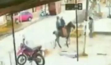 Imagen de De no creer: esperaba el colectivo y fue asaltada por dos ladrones a caballo