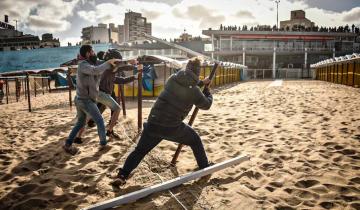 Imagen de Protesta por falta de espacio público en playas de Mar del Plata: arrancaron parte del cerco y desarmaron carpas en el Balneario Perla Norte