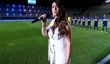 """Imagen de La tandilense Ángela Leiva cautivó con su interpretación del himno en la final de la Copa """"Diego Maradona"""""""