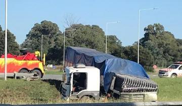 Imagen de Susto en la ruta: un camión quedó atravesado en la Autovía 2