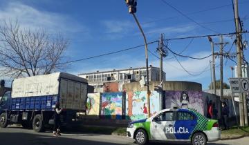 Imagen de Un camión chocó un semáforo en Dolores