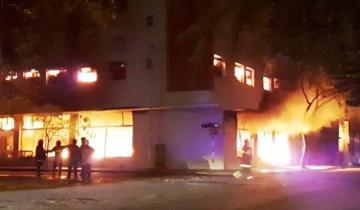 Imagen de Mar del Plata: detienen a dos hombres que estaban robando en un edificio evacuado por el incendio