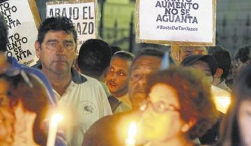 """Imagen de Miles de personas realizan la primera """"marcha de antorchas"""" contra la suba de tarifas"""