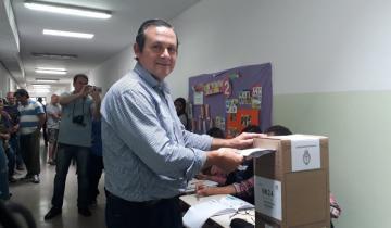Imagen de Camilo Etchevarren votó en Dolores acompañado de su hija