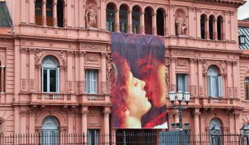 Imagen de Cuánto nos sale a los vecinos el cartel de San Valentín que Macri colgó de la Casa Rosada