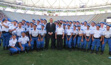 Imagen de Etchevarren junto a Vidal en el juramento de Policías en La Plata
