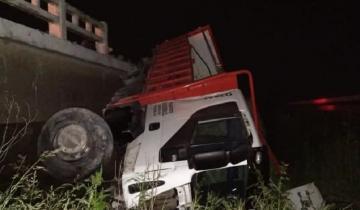 Imagen de Ruta 2: un camión se despistó, volcó y cayó en el terraplén central de la autovía