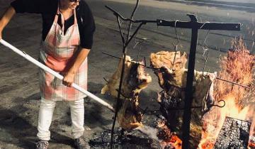 Imagen de ¡Un aplauso para la asadora!: la mujer de Dolores que hace asados en la Ruta 63