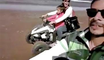 Imagen de El video de un turista arriba de un cuatriciclo a toda velocidad por la playa y con su pequeño hijo