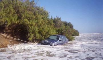Imagen de Bajó a la playa con el Fiat Duna y el agua lo arrastró