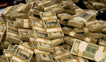 Imagen de El dólar cayó un 2,4% a 63,45 pesos y cortó una racha de 13 alzas consecutivas