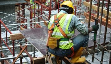 Imagen de El empleo registrado en la construcción cayó según un informe sectorial