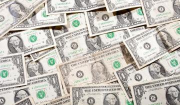 Imagen de Décima suba en fila del dólar, que quedó al filo de los 61 pesos