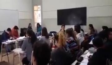 Imagen de Estudiantes de la Escuela Normal tocan instrumentos en sus celulares
