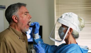 Imagen de Coronavirus: paso a paso, cómo es el hisopado que determina si una persona está infectada